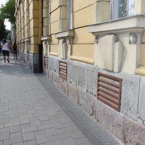 продухи на фасаде здания